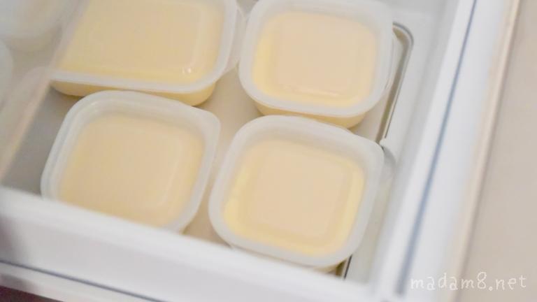 冷凍庫の底のアルミトレーに接するように並べると早く凍ります。備え付けのトレーがない場合はアルミトレーに乗せて冷凍庫に入れると◎